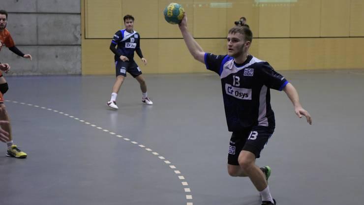 Daniel Burla (am Ball) und seine Kollegen vom HC Dietikon-Urdorf wollen unbedingt noch die Barrage erreichen.