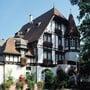 Die Frontansicht des Hotel Restaurants Waldhaus im Hardwald.