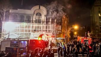 Iranische Demonstranten zündeten in der Nacht auf Sonntag die saudi-arabische Botschaft in Teheran an - jetzt muss die iranische Botschaft in Riad zumachen.