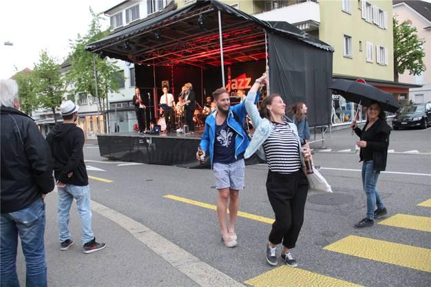 Spontane Tanzeinlage vor der Rösslibühne mitten in Wohlen.