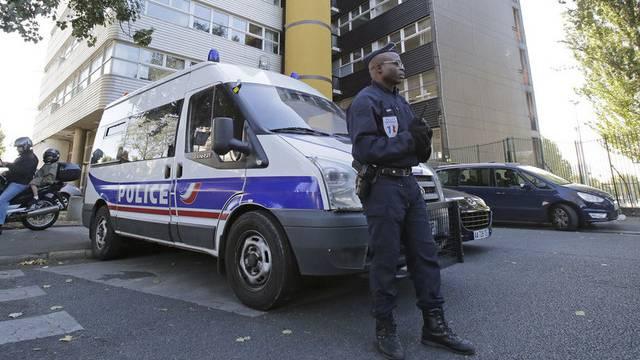 """Ein französischer Polizist vor den Büros des Satire-Magazins """"Charlie Hebdo"""" in Paris"""