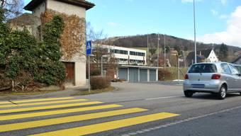 In Zuzgen läuft eine Petition, mit dem Ziel, auf der Hauptstrasse mehr Übergänge für Fussgänger zu schaffen. Unter anderem soll einer beim Brogli Laden (Volg) gebaut werden.