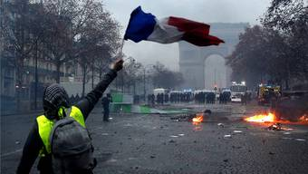 An den Champs-Elysées herrscht ein Bild der Verwüstung.YOAN VALAT/EPA/Keystone