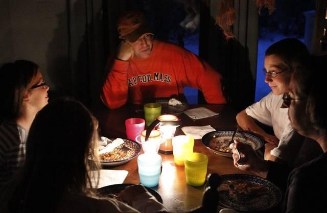 Not macht erfinderisch: Eine vom Stromausfall betroffene US-Familie hilft sich mit Lanternenlichtern