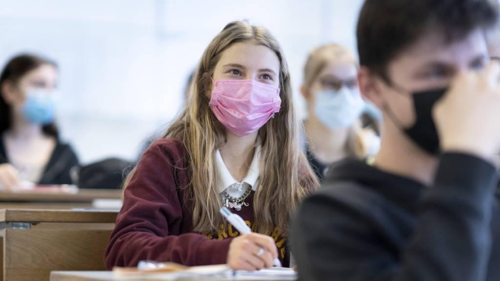 Die Schüler- und Studentenzahlen werden bis 2029 weiter steigen. Die Auswirkungen der Corona-Epidemie auf die Bildung ist gering, wichtiger sind die demografischen Veränderungen. Eine Folge hat Corona gemäss der neuesten Prognose: Nach der Matura wird schneller mit dem Studium begonnen. (Symbolbild)