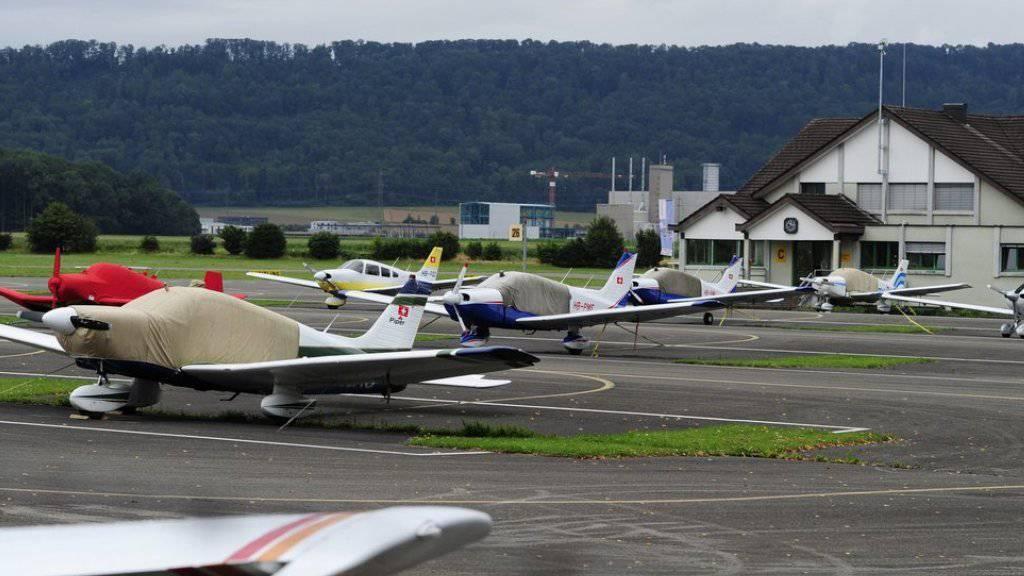 Kleine Privatflugzeuge auf dem Flugplatz Birrfeld bei Brugg. Von diesem Flugplatz aus war das Segelflugzeug gestartet.