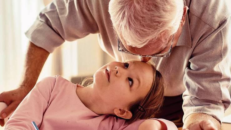 Trotz dem grünen Licht des BAG sehen sich Angehörige der Risikogruppen mit einem Dilemma konfrontiert: Können sie den Kontakt zum Enkelkind riskieren? (Symbolbild).