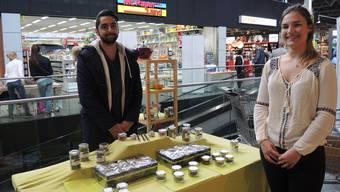 """Raafeh Kahn und Jessica Keller mit ihren Produkten von """"Teacraft"""". (Nadine Bunde)"""