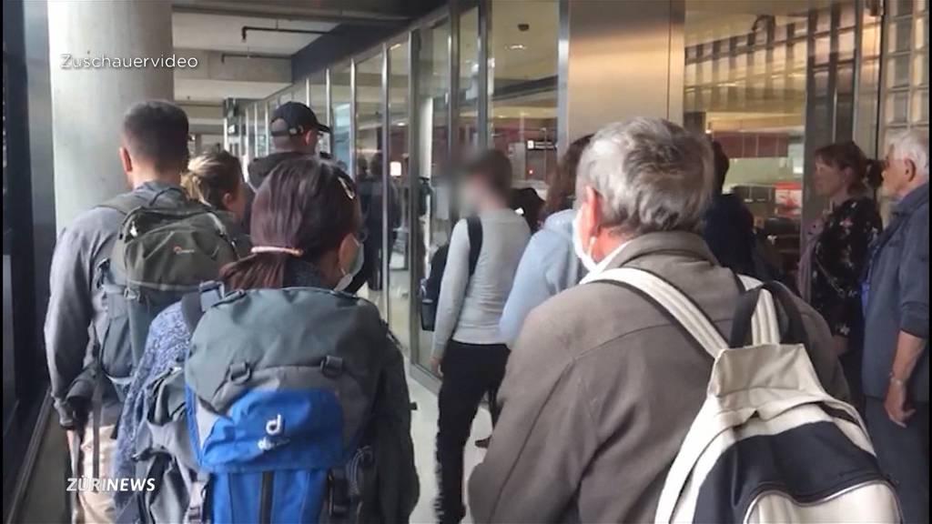 Gedränge am Flughafen: Ist hier Social Distancing überhaupt möglich?