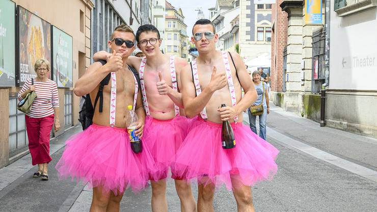 Knappe Outfits und schrille Accessoires: Das ist die Street Parade.