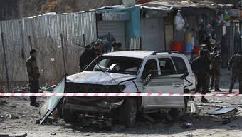 Afghanische Sicherheitskräfte inspizieren den Tatort eines Bombenanschlags. Der stellvertretende Gouverneur der Provinz Kabul, Mohibi, ist bei dem Bombenanschlag getötet worden. Foto: Rahmat Gul/AP/dpa