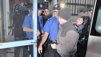 Der Aarauer Dirnenmörder im November 2011 auf dem Weg ins Gericht. (Archiv)
