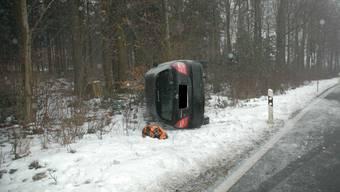 Der Personenwagen kam in Stüsslingen von der Strasse ab und landete auf der Seite
