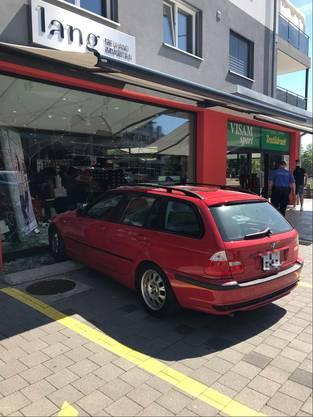 Die Autofahrerin wollte vor dem Sportgeschäft parkieren.