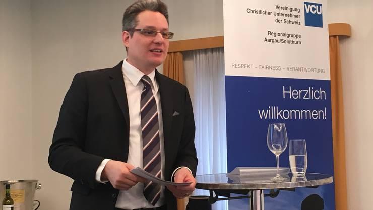 Patrick Zimmerli, wissenschaftlicher Mitarbeiter des SECO, sprach vor der VCU über die Chancen und Risiken des Exportgeschäftes für KMU.