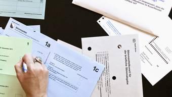 Eine Frau füllt ihren Wahlzettel anlässlich des zweiten Wahlgangs der Zürcher Ständeratswahlen von letzten November aus (Archiv)