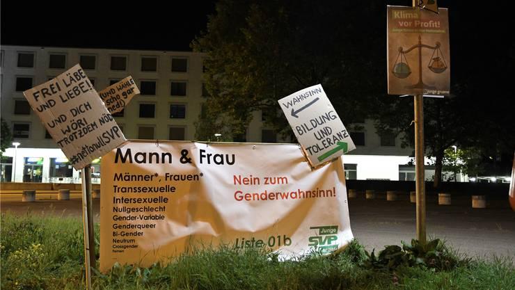 Ein Plakat der Jungen SVP wurde von den Jungen Grünen «ergänzt».
