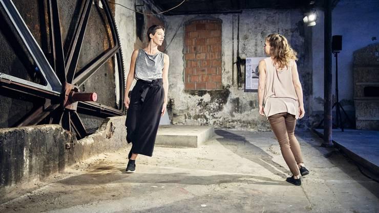 Die beiden Tänzerinnen der «Compagnie Quilla» vermittelten in der alten Bleiche zwischen Industrie und Kultur. Das Programm der Frauen hiess «Im Fluss – gestern, heute, morgen».