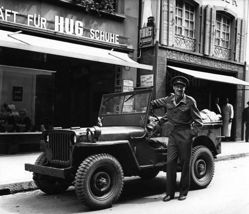 Britischer Offizier auf Urlaub in der Freien Strasse, August 1945.