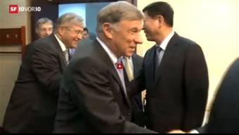 Direkt hinter Economiesuisse-Präsident Gerold Bührer taucht Bruno Zuppiger auf.