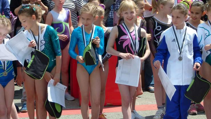 Urdorfs Sarah Graf (Zweite von rechts) gewinnt die Auszeichnung