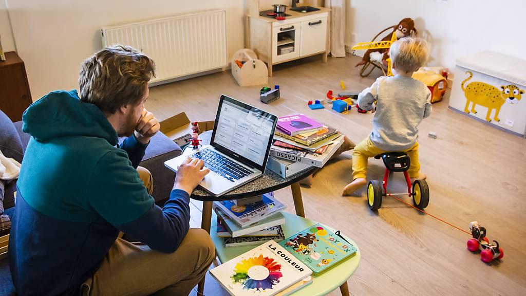 Arbeiten mit lärmenden Kindern - die Doppelbelastung im Homeoffice war für Frauen noch grösser als für Männer. (Symbolbild)
