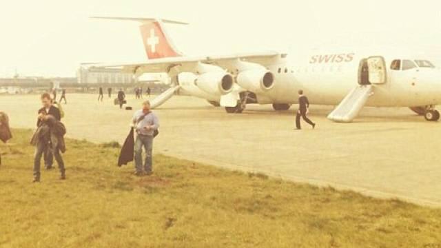Die Swiss-Maschine nach der Evakuierung (Twitter/@Mike Mompi)