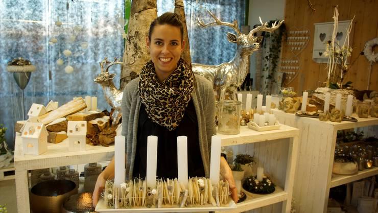 Sabine Staub und der im Workshop angefertigte Adventskranz.