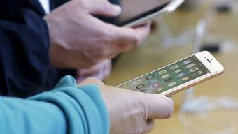Schmerzhafte Panne bei Apple: Über den Telefoniedienst Facetime im iPhone konnten andere Nutzer belauscht werden. (Archivbild)