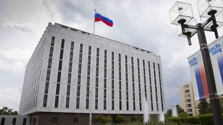 Die USA weisen 60 Mitarbeiter von diplomatischen Vertretungen aus. Auf dem Bild die russische Botschaft in Washington. (Archiv)