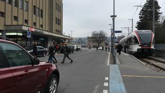 Selbst am weniger verkehrsreichen frühen Nachmittag wirds ungemütlich auf der Bahnhofstrasse, wenn der «Seetaler» einfährt und Zugreisende die Strasse queren müssen, um zum Bahnhof zu gelangen. Zu Stosszeiten wird es hie