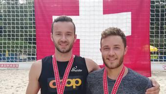 Kilian Kasper (links) und Jann Dillier freuen sich über die Bronzemedaille an der Schweizermeisterschaft.