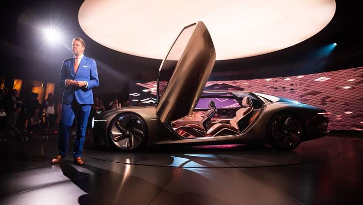 Bentleys Design-Chef Stefan Sielaff erörtert Konzept und Design. Die Türe ragt übrigens drei Meter in die Höhe.