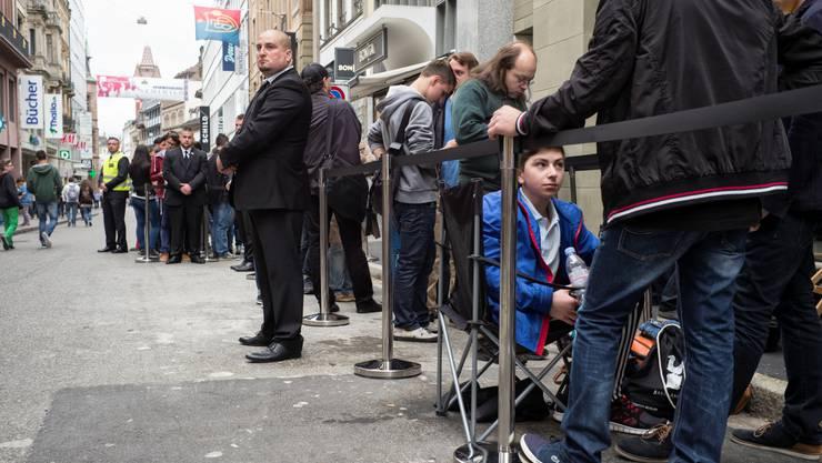 Die Leute standen Schlange, um den langersehnten Apple Store von innen zu sehen.