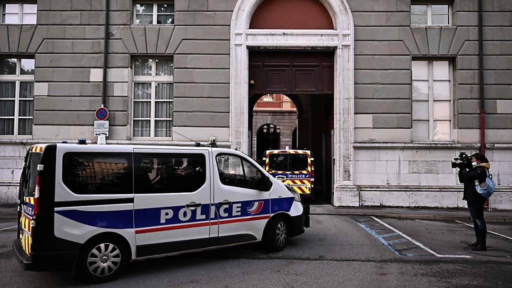 Polizeiautos fahren am Gerichtsgebäude in Chambéry vor, wo dem Angeklagten Nordahl Lelandais wegen des Mordes an einem französischen Soldaten der Prozess gemacht wird. Foto: Jeff Pachoud/AFP/dpa