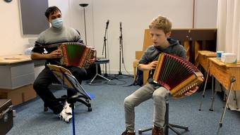 Remo Gloor (8) und Adrian Anderegg (9) üben zusammen mit Lehrer Aleksandar Aleksandrovic.