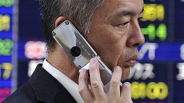 Japanischer Geschäftsmann telefoniert in Tokio (Archiv)