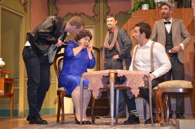 Schluss mit lustig Harvey bedroht Mrs. Wimmerforce, Professor Marcus (mit Schal), Courteney und Cox (sitzend) schauen zu.