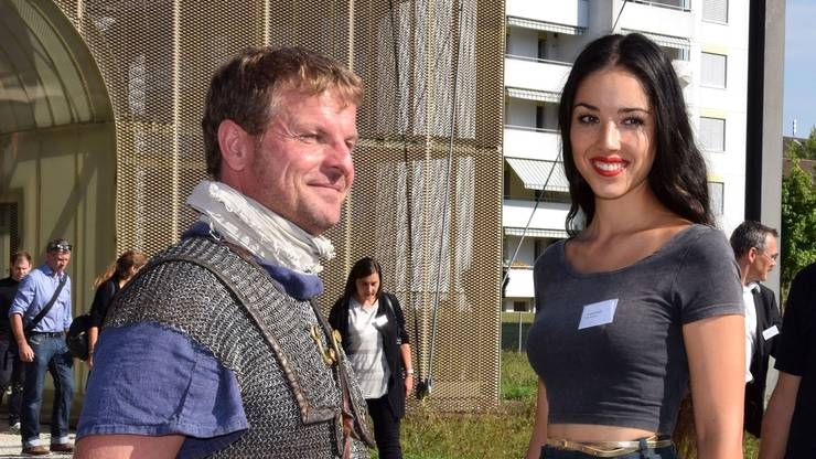 Miss Schweiz und Archäologie-Studentin Lauriane Sallin – hier in Begleitung eines Legionärs – lanciert beim Südtor die Europäischen Tage des Denkmals.