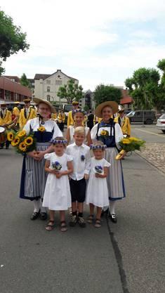 Ehrendamen mit Begleitung - Musikgemeinschaft Küttigen Biberstein.  (Patrizia Flavia Steinacher, Küttigen)