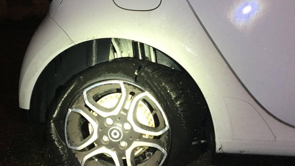 Mit zwei komplett platten Reifen fuhr ein Schweizer auf der deutschen Autobahn nach Basel. Der 76-Jährige war angetrunken.