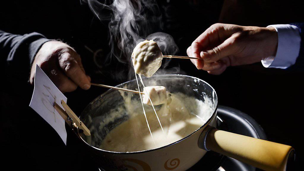 Beim Käsefondue ist konstantes Rühren angesagt. Rund 180 Fondueköche wetteiferten am Samstag in Tartegnin um den Weltmeistertitel.