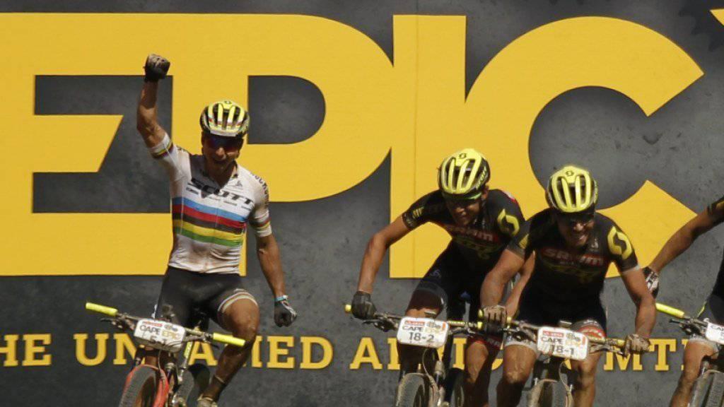 Nino Schurter (links) und Matthias Stirnemann stehen bei Cape Epic vor dem Gesamtsieg