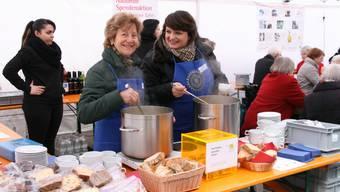 «Gemüse- oder Kürbissuppe?» Die Damen vom Inner Wheel Club Aarau servieren auf der Igelweid.
