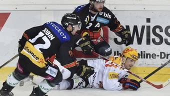 Fribourg musste für einmal unten durch: im Bild Berns David Jobin und Beat Gerber im Duell mit Fribourgs Andrej Bykow