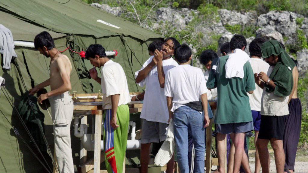 Männer im australischen Flüchtlingslager auf der Insel Nauru: Die USA haben sich bereit erklärt, hunderte von ihnen aufzunehmen. (Archivbild)