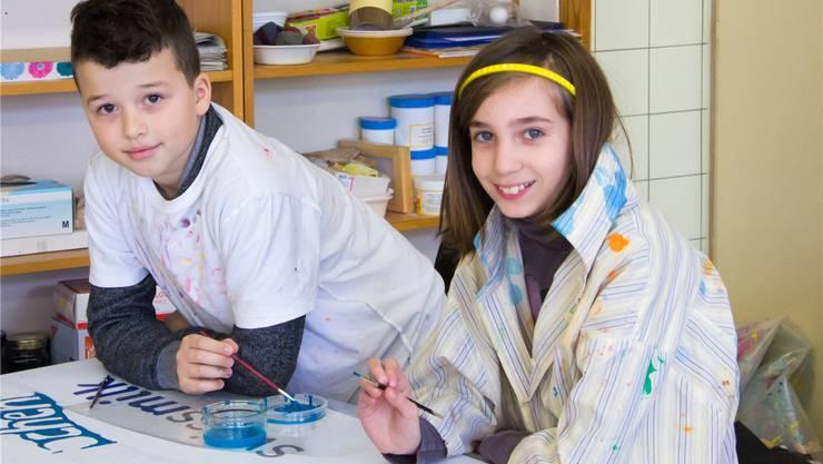 Getoar Tasholli und Ylenia Talotta arbeiten am Motiv der Klasse 3a: «Um die Buchstaben herum zu malen, ist gar nicht so einfach.»
