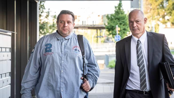 Oliver Skreinig mit seinem Fürsprecher beim Betreten des Gerichtsgebäudes in Kreuzlingen.