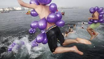 Rund 1500 Menschen sprangen am Weihnachtsschwimmen in den 8 Grad kalten Genfersee.