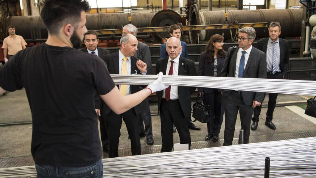 Bundesrat Ueli Maurer lässt sich von Staatsrat Pascal Broulis (links neben Maurer) das Waadtländer Unternehmen Swiss-Tube zeigen, das Präzisionsrohre herstellt.